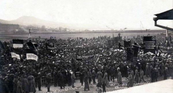 Українська демонстрація у Владивостоку в 1917 р., бачимо і тут синьо-жовті стяги