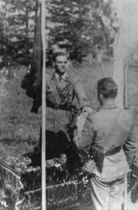 Присягу складає Дмитро Білінчук-«Хмара», приймає Юліан Матвіїв-«Недобитий». Гуцульщина, 1944 р.