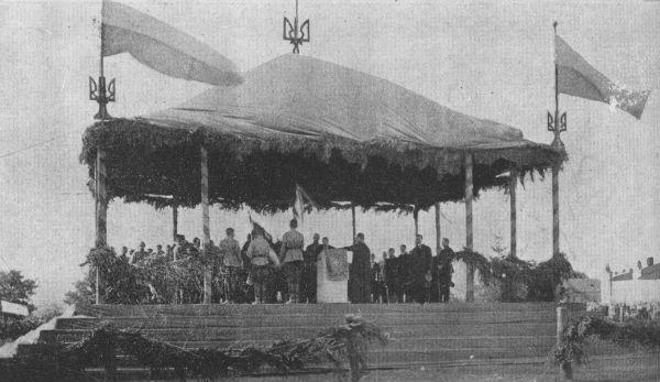 Присяга членів Директорії, серпень 1919 р., Кам'янець-Подільський (блакитно-жовті прапори, хоча на фото жовтий колір виглядає темнішим)