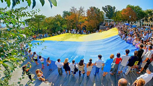 Національний прапор став в останні роки неодмінним і навіть модним атрибутом державних, політичних і громадських заходів. Одеса, 2011 р.